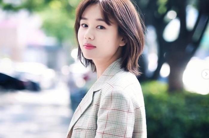 Menjajal dunia pertelevisian, bisa dibilang karir Ahn Eun Jin cukup baik. Ia bahkan berperan dalam beberapa drama populer seperti Strangers From Hell, dan More Than Friends./Foto: instagram.com/eunjin___a