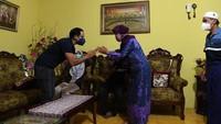 """<p>""""Pengalaman yang luar biasa bisa menginap di rumah keluarga Bu Nuri, salah satu calon Guru Penggerak di Yogyakarta. Saya bisa mendengarkan langsung bagaimana cerita Bu Nuri mendedikasikan hidupnya menjadi guru dan semangatnya untuk membuat perubahan di dunia pendidikan,"""" tulis Nadiem Makarim dalam caption Instagram-nya. (Foto: Instagram @nadiemmakarim)</p>"""