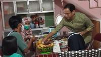 <p>Di sana Nadiem Makarim dijamu bak keluarga sendiri yang bermalam di sana. Ia diberi makanan khas Yogyakarta seperti gudeg, krecek, dan tahu tempe bacem, Bunda. (Foto: Instagram @khoirynuria)</p>