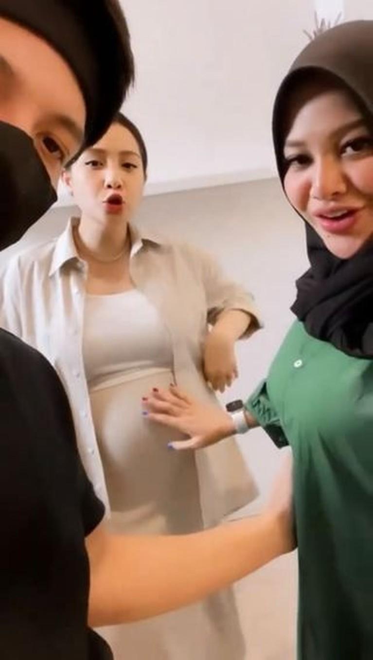 Sama-sama sedang hamil, Nagita Slavina dan Aurel Hermansyah pamer baby bump. Yuk intip potret mereka!