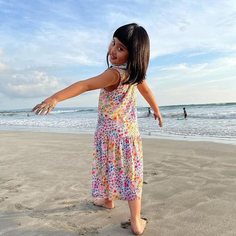 Venna Melinda memiliki seorang putri angkat bernama Vania yang kini tumbuh menjadi gadis yang lucu. Yuk intip potretnya!
