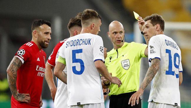 Wasit asal Inggris Anthony Taylor nyaris membuat keputusan kontroversial pada duel Dynamo Kiev vs Benfica di Liga Champions>