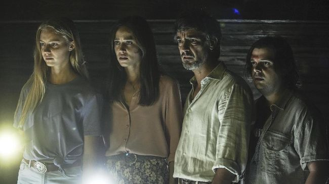 Berikut sinopsis film horor Horor A Classic Horror Story yang mengisahkan sekelompok pengembara masuk dalam perangkap sekte pemuja setan.