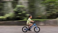 "<p>Dengan bermain <em>balance bike</em>, ternyata Kawa belajar keseimbangan hingga rasa percaya diri. ""Banyak hal yang didapat oleh Kawa dari memulai bersepeda dengan b<em>alance bike</em>: keseimbangan, koordinasi yang baik, ruang eksplorasi yang luas, rasa percaya diri, tubuh yang sehat, dan paling penting..<em> Happiness</em>,"" tuturnya, dikurip dari akun @andienaisyah pada Kamis (16/9/2021). (Foto: Instagram @andienaisyah)</p>"