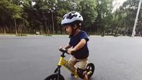<p>Anak pertama penyanyi Andien Aisyah dan Irfan Wahyudi, yakni Anaku Askara Biru atau Kawa, kini sudah jago <em>balance bike</em>, Bunda. (Foto: Instagram @andienaisyah)</p>