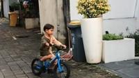 <p>Dengan <em>balance bike</em> pula, Kawa kini juga sudah bisa naik sepeda roda dua, Bunda. (Foto: Instagram @andienaisyah)</p>