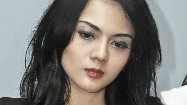 Model dan aktris Anggita Sari merasa dirinya menjadi korban dugaan malapraktik usai dirinya menjalani perawatan foxy eyes look.