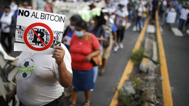 Ribuan warga El Salvador turun ke jalan memprotes kebijakan Presiden Nayib Bukele melegalkan Bitcoin sebagai alat pembayaran yang sah di negara tersebut.