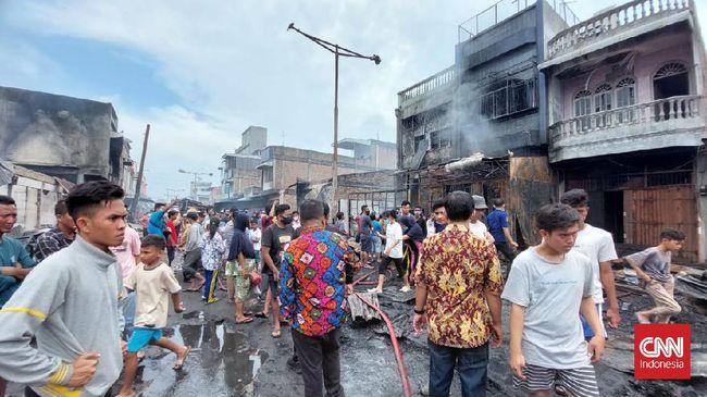 Api melahap ratusan kios yang berdiri rapat di Pasar Lama Perbaungan, Kabupaten Serdang Bedagai, Sumut, Kamis (16/9).