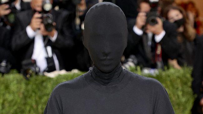 Kanye West mendukung penampilan Kim Kardhasian saat mengenakan gaun serba hitam dan beda dengan tanpa wajah dalam acara Met Gala 2021.