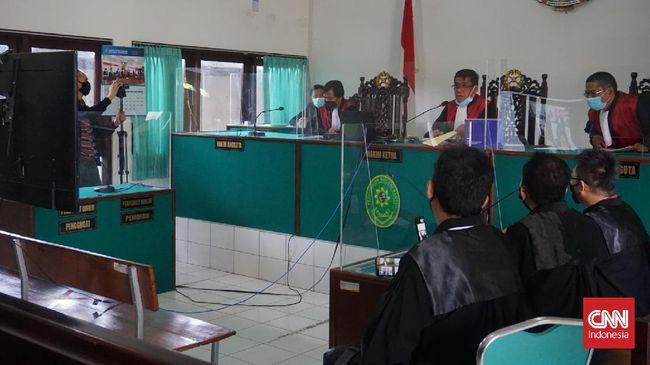 NA (25), terdakwa kasus sate beracun di Kabupaten Bantul, DIY, akhir April 2021, didakwa pasal berlapis, termasuk tentang pembunuhan berencana.