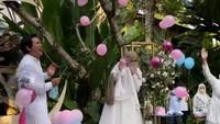 <p>Begitu balon besar ditusuk, muncul lah balon-balon kecil berwarna <em>pink</em> yang menandakan bayi mereka adalah perempuan. (Foto: Instagram Stories @dindahw)</p>