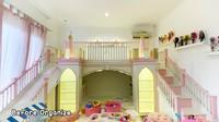 <p>Tasyi Athasyia merancang kamar untuk putri semata wayangnya dengan sangat cantik. Bak seorang putri kerajaan, kasur Noora didesain menyerupai kastil istana. Warna pink memberi nuansa semakin girly pada kamar Noora. (Foto: YouTube Tasyi Athasyia)</p>