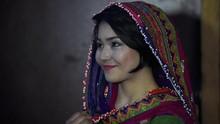 Lawan Taliban, Desainer Afghanistan Ingatkan Pesona Baju Adat
