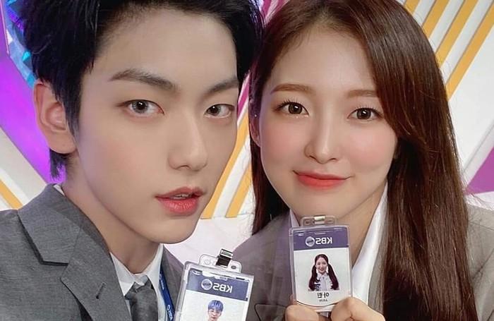Duo MC ini dikenal dengan nama AKong Couple, yaitu Arin dan Kong (atau beans dalam bahasa Inggris) untuk Soobin. Duh, gemas banget nama panggilan mereka ya, Beauties!/foto: twitter.com/KBSMusicBank