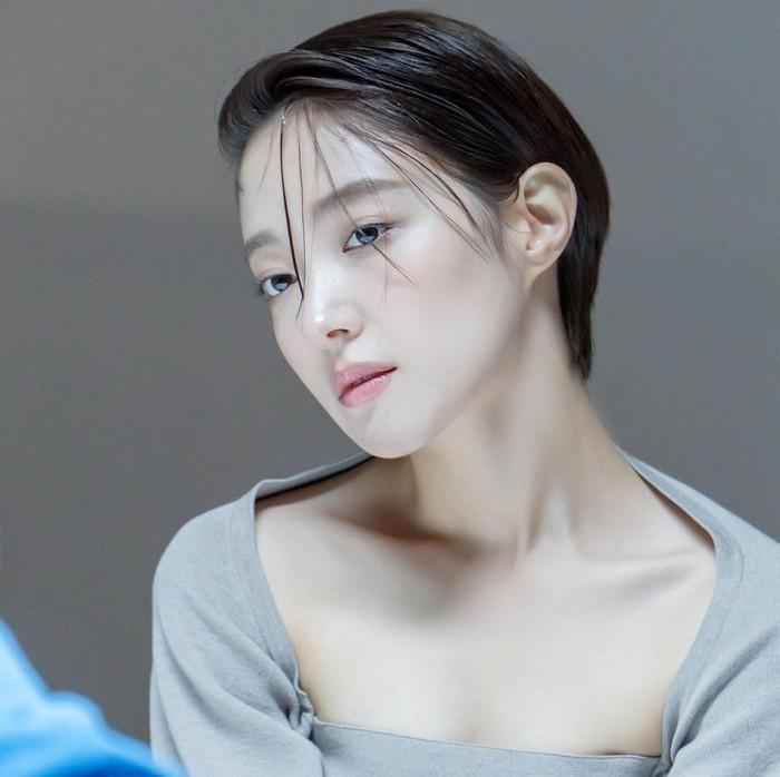 Gaya rambut ala pixie cut Korea dengan potongan super pendek juga bisa mencontek dalam drama Kairos. Ada Lee Se Young dengan tampilan berbeda dari biasanya./Foto: instagram.com/seyoung_10