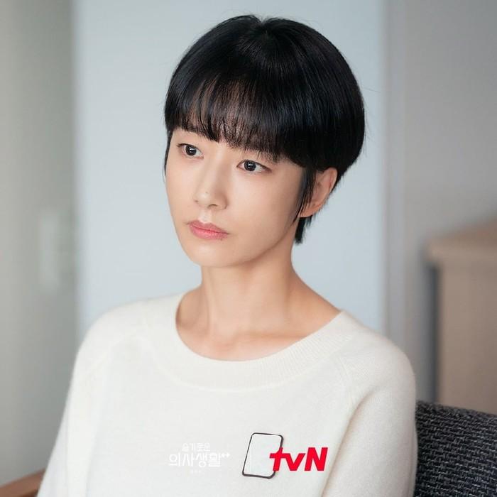 Gaya tomboy ala Ik Sun dalam drama Hospital Playlist (Kwak Sun Young) keren banget, lho. Dengan potongan rambut pendek ala 'Polwan', tapi tetap memberikan kesan manis dengan poni rata./Foto: instagram.com/tvn_drama