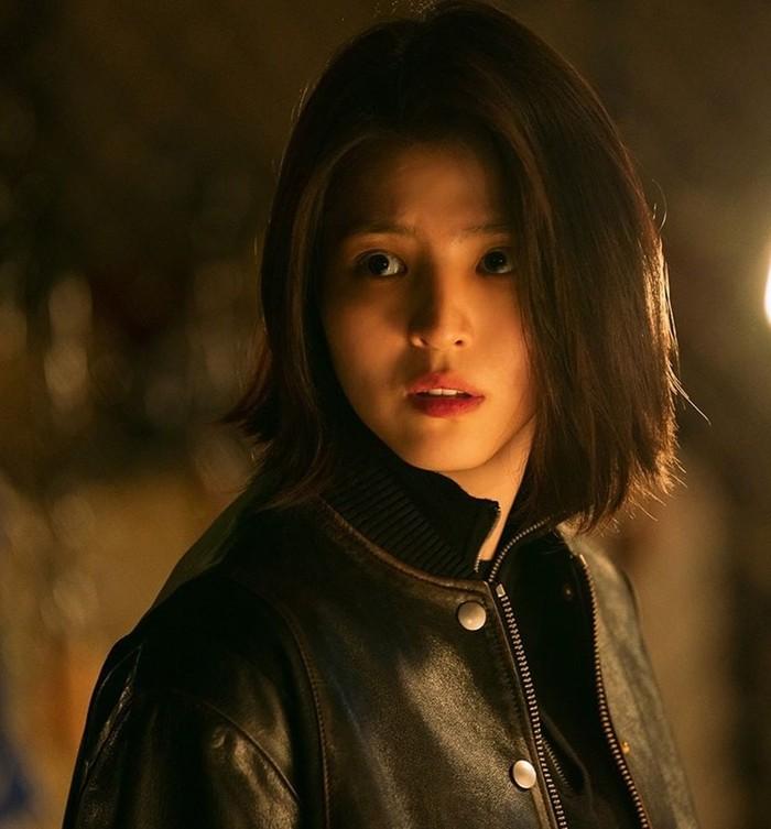 Setelah berperan sebagai perempuan feminin dan naif di drama Nevertheless, Han So Hee akan segera kembali dalam drama terbarunya berjudul My Name. Dalam rangka promosi, Netflix merilis berbagai foto hingga teaser./Foto: Instagram/netflixkr