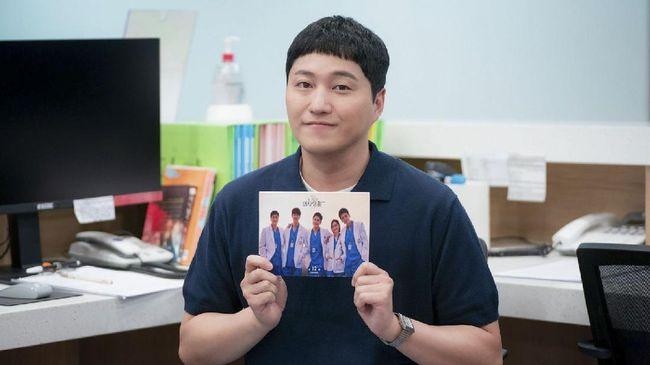 Setelah Hospital Playlist 2 tamat, para pemeran akan tampil di sebuah variety show.