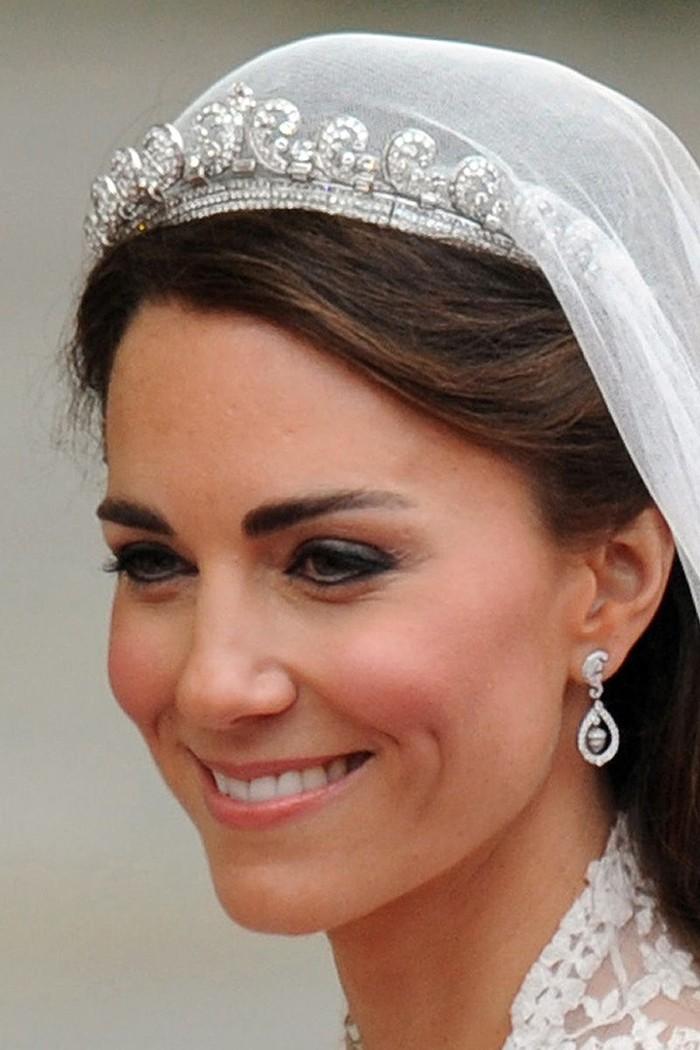 Di hari pernikahannya, Kate Middleton memakaitiara Cartier Halo Scroll berhiaskan 1000 buah berlian. Mahkota ini aslinya merupakan hadiah perkawainan dari Raja George VI untuk sang istri pada tahun 1936. Foto: Getty Images