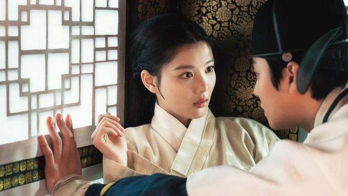 Pertemuan pertama Ha Ram dan Hong Chun Gi pun mengejutkan, Beauties. Meskipun Ha Ram kehilangan kemampuannya untuk melihat, namun ia bisa menyadari kehadiran Hong Chun Gi di dekatnya! Sementara, Chun Gi memuji bahwa Ha Ram memiliki mata yang indah./Foto: soompi.com