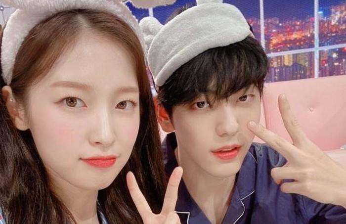 Meskipun jarak tahun debut mereka cukup jauh, Arin dan Soobin bisa akrab dengan cepat meskipun awalnya masih terlihat canggung./Foto: twitter.com/KBSMusicBank