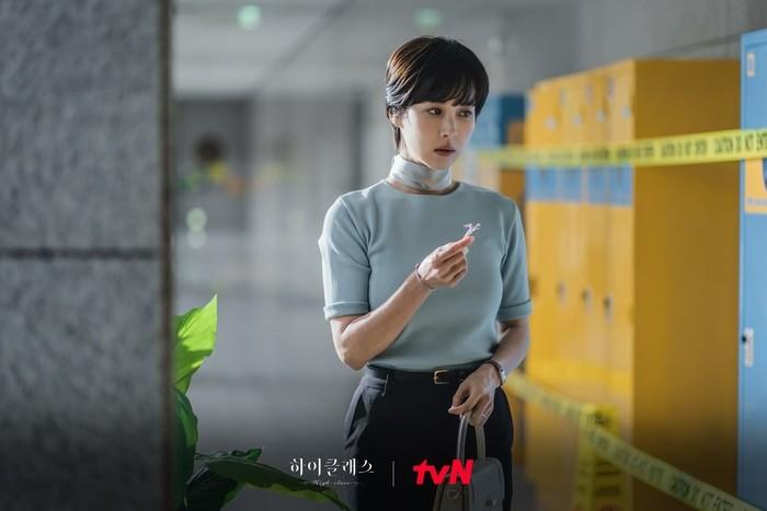 Penampilan Cho Yeo Jeong dalam drama Korea terbaru High Class juga bisa jadi inspirasi untuk kamu, Beauties. Potongan rambut cepak yang dipadukan dengan busana mewah. Berkelas banget!/Foto : instagram.com/tvn_drama