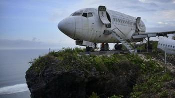 FOTO: Penampakan Pesawat di Tebing Pantai Bali