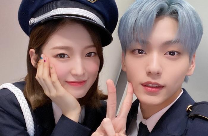 Posisi mereka saat itu menggantikan Shin Ye Eun dan Bomin 'Golden Child' yang telah menjadi MC sebelumnya. Dalam satu tahun kontrak mereka, sudah banyak momen-momen manis keduanya melalui foto selfie mereka!/Foto: twitter.com/KBSMusicBank