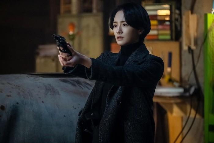 Potongan rambut pendek cepak tak melulu terlihat tomboy, kok. Park Gyu Young dalam drama The Devil Judge tetap menawan dengan poni belah dua dan gaya rambut pendeknya./Foto: instagram.com/lavieenbluu