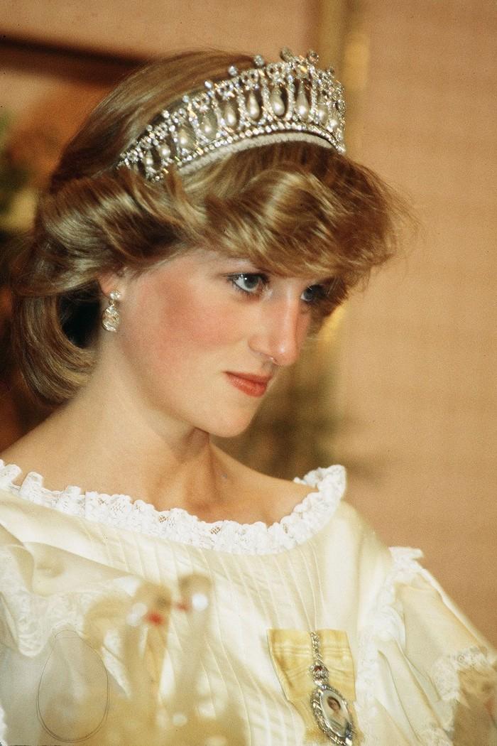 Tiara lainnya milik Ratu Mary, adalah Cambridge Lover's Knot yang sempat dipakai oleh mendiang Putri Diana. Foto: Getty Images