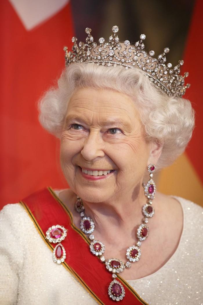 Merupakan tiara yang sering dipakai oleh Ratu Elizabeth II, tiara bernama the Girls of Great Britain and Ireland ini merupakan hadiah pernikahan dari Ratu Mary untuknya. Foto: Getty Images/Ute Grabowsky