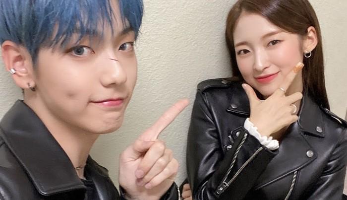 Selain interaksi mereka yang bikin gemas, setiap minggu penonton selalu menunggu Music Bank mengunggah selfie keduanya. Manis banget, ya!/Foto: twitter.com/KBSMusicBank
