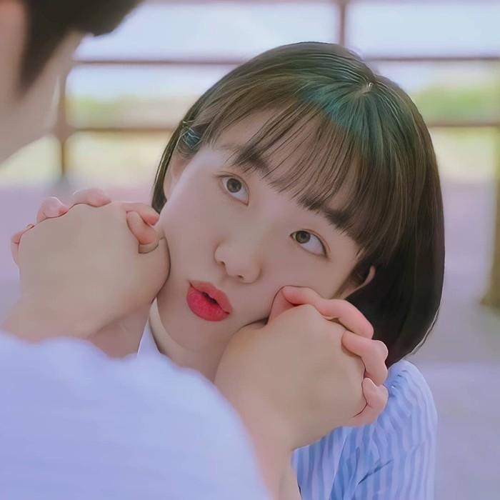 Seperti Gyu Young, So Joo Yeon juga nampak lebih manis dengan pixie cut Korean style. Apalagi ditambah poni rata. Joo Yeon terlihat lebih awet muda, apalagi menggunakan seragam sekolah./Foto: instagram.com/so_joo_yeon11