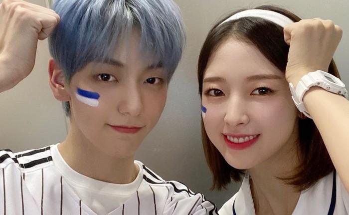 Soobin 'TXT' dan Arin 'Oh My Girl' resmi ditunjuk sebagai MC acara musik populer di Korea, 'Music Bank', sejak bulan Juli 2020 lalu. Keduanya tampil serasi dan cocok sebagai pasangan MC dalam acara tersebut./Foto: twitter.com/KBSMusicBank