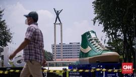 FOTO: Tugu Sepatu Hiasi Sudut Jakarta