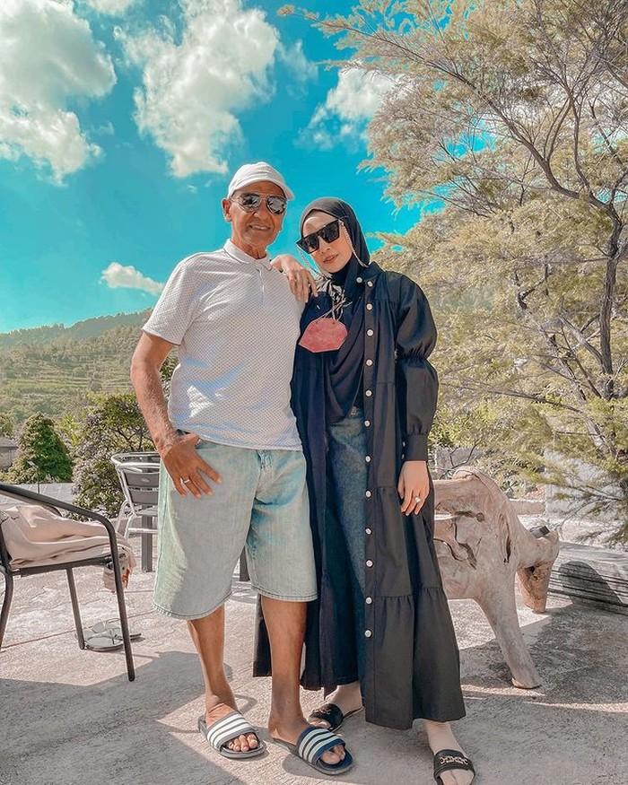 Casual look ala putri dari Mark Sungkar kali ini dengan memadukan celana jeans plus kemeja panjang dengan kancing dibiarkan terbuka. Tak ketinggal hijab hitam dengan kacamata yang menjadi andalannya. (@zaskiasungkar)