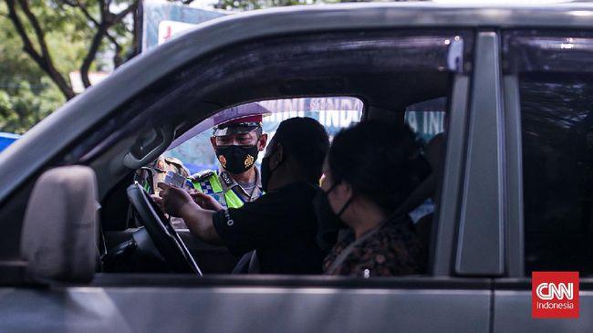Sistem ganjil genap di jalur wisata ke arah Lembang, tepatnya di depan Terminal Ledeng, Jalan Setiabudi, Sabtu (18/9).