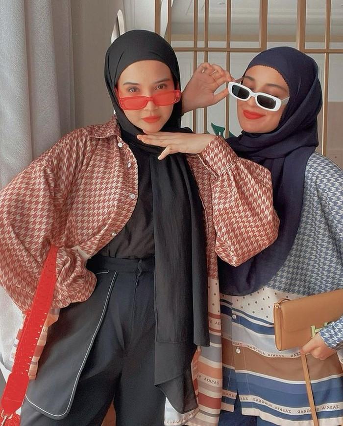Kali ini ia berpose dengan sang adik, Shireen Sungkar, ia memadukan kemeja flannel motif kotak merah dan celana kulot hitam. Masih dengan pasmina hitam dan kacamata hitam melengkapi gaya edgy nya. (@zaskiasungkar)