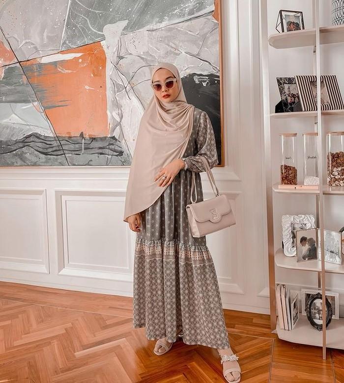 Kamu juga bisa terlihat trendi dengan syar'i look seperti Zaskia. Cukup kenakan gamis bermotif dan padukan dengan hijab panjang polos berwarna senada. Gaya seperti ini cocok untuk acara santai dan formal lho, Beauties! (@zaskiasungkar)