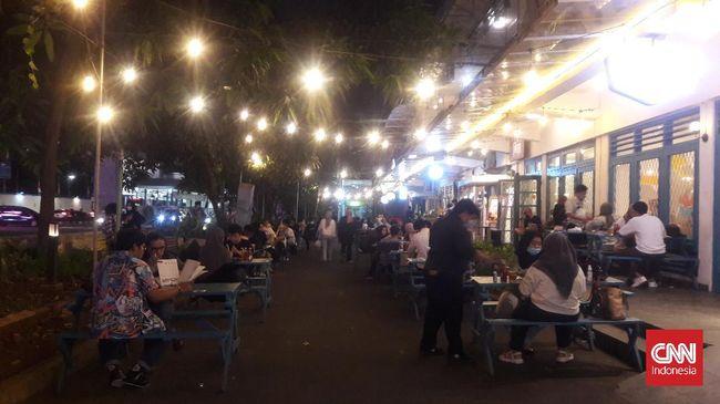 Salah satu area publik di Jakarta, M Bloc Space, terpantau ramai dikunjungi masyarakat saat status PPKM level 3.