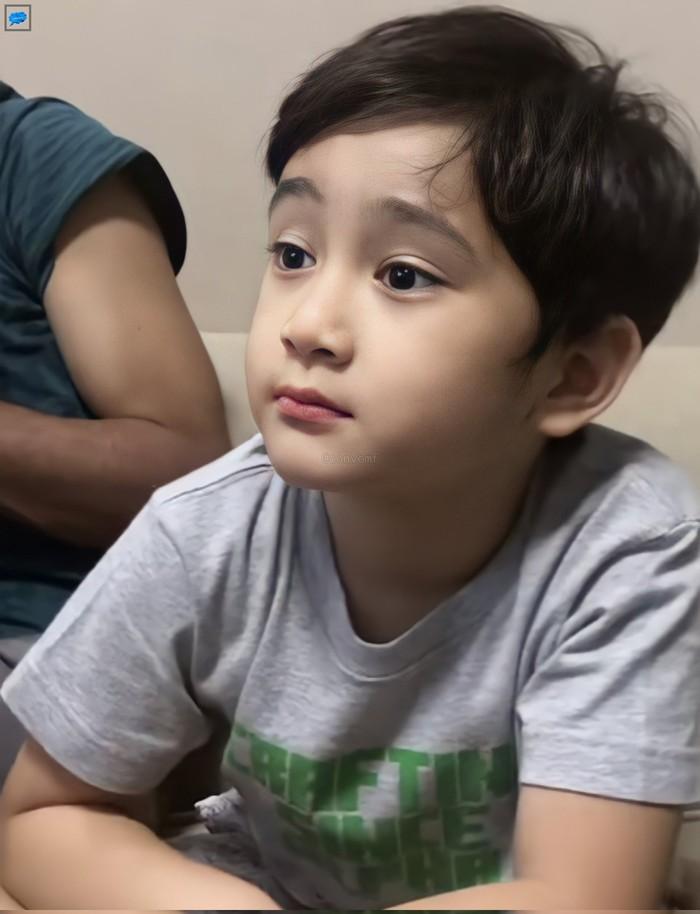 Rafathar Malik Ahmad mendadak jadi trending di Twitter usai salah satu akun membagikan potret candidnya. Dalam foto tersebut, terlihat percampuran wajah tampan dan menggemaskan anak artis yang satu ini.(Foto: Twitter.com/convomf)