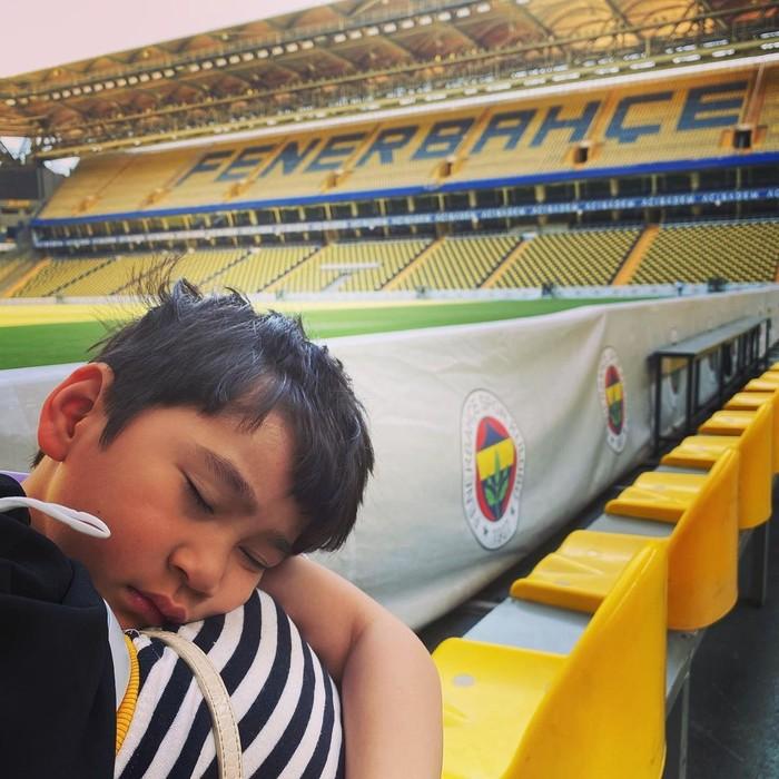 Terakhir kamu akan dibuat super gemas oleh potretnya ini. Dimana Rafathar terlihat sedang tertidur di Stadion Fenerbahce. Duh… lagi tidur aja terlihat tampan dan menggemaskan banget ya, Beauties! (Foto: Instagram.com/raffinagita1717)