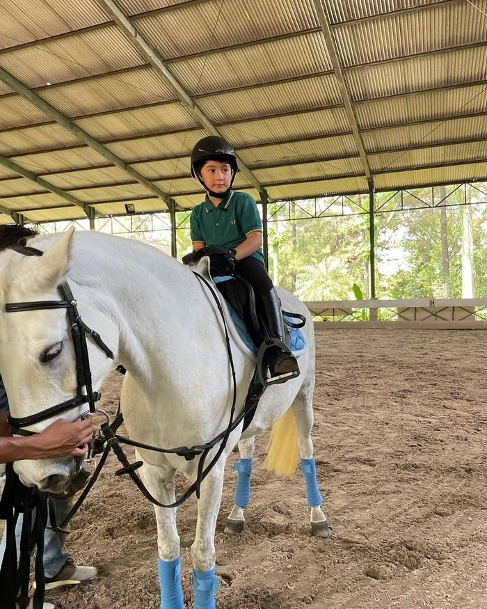 Ada juga potretnya gemasnya yang tengah belajar berkuda. Olahraga yang sering disebut sebagai olahraga mahal ini justru telah dilakoni Rafathar di usianya yang baru menginjak angka 6 tahun ini. (Foto: Instagram.com/raffinagita1717)