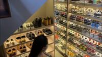 <p>Di salah satu sudut ruangan, ada rak yang dipenuhi sepatu miliki Jeje nih, Bunda. Tampaknya, ayah dari dua orang anak itu gemar koleksi sepatu, ya. (Foto: YouTube: NisNaz Channel)</p>