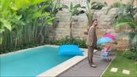<p>Syahnaz dan jeje juga punya kolam renang, Bunda. Menariknya, kolam tersebut bernuansa vila Bali. (Foto: YouTube: NisNaz Channel)</p>