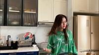 <p>Untuk dapur kotor ada ruang lantai bawah, Bunda. Lalu, berikut dapur bersih milik Syahnaz.(Foto: YouTube: NisNaz Channel)</p>