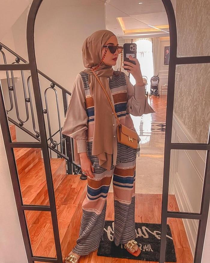 Tampilan kasual ala Zaskia ini sangat mudah untuk ditiru. Cukup kenakan setelan bermotif dan pashmina berwarna senada lengkap dengan aksesori tas dan kacamata, kamu bisa terlihat fashionable dalam sekejap. (@zaskiasungkar)