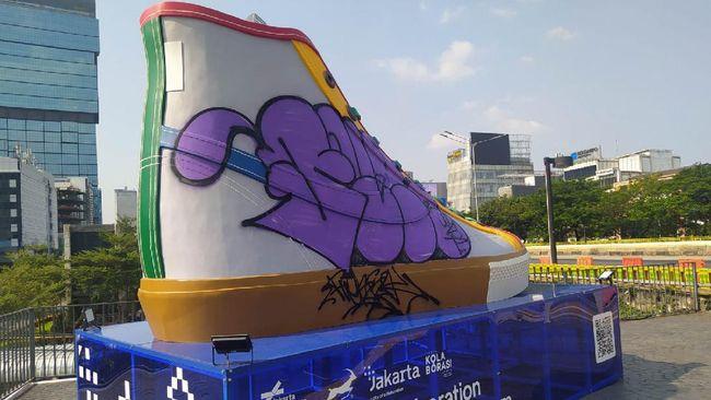 Polisi berkoordinasi dengan Satpol PP akan mengejar pelaku yang telah merusak Tugu Sepatu di Sudirman, Jakarta.