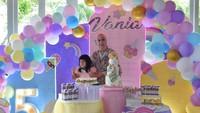 <p>Belum lama ini, Venna Melinda merayakan hari ulang tahun anak angkatnya, Vania Athabina, Bunda. (Foto: Instagram @vennamelindareal)</p>